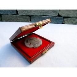 Pendentif en pierre naturelle avec une panthère