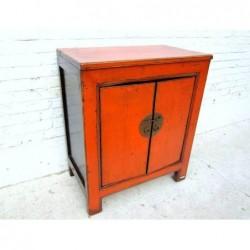 Petit meuble orange avec...