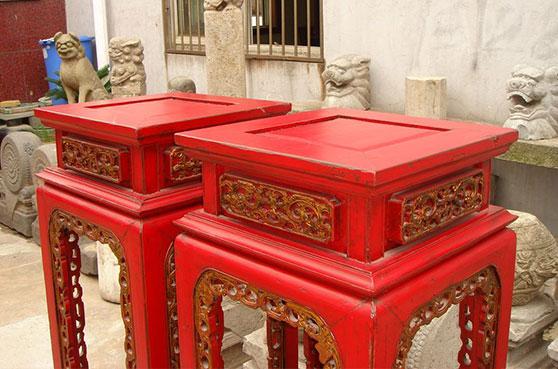 Meuble motif à fleurs rouge