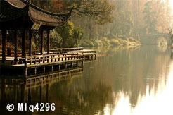 Pagode le long d'un lac à Hangzou